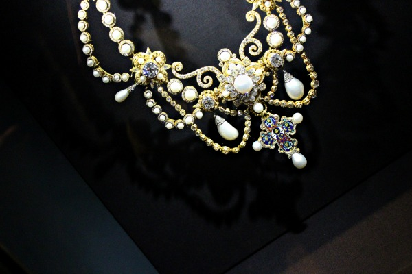 beauty, pond's institute, V&A, pearls, fashion, art, jewel, cold cream, iconic, timeless,pearl, exhibition, natural beauty, cream