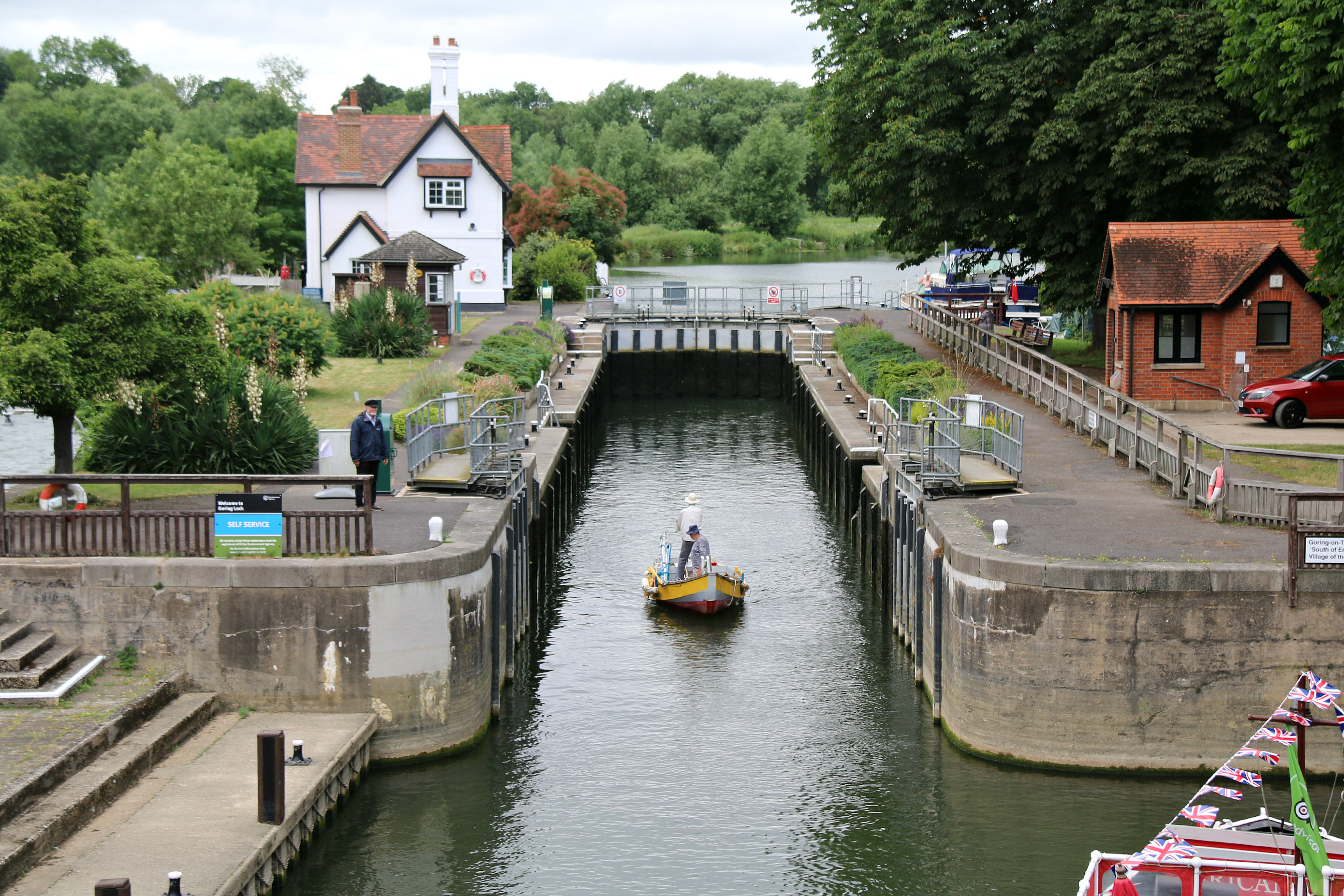 Walking along the Thames Path Goring